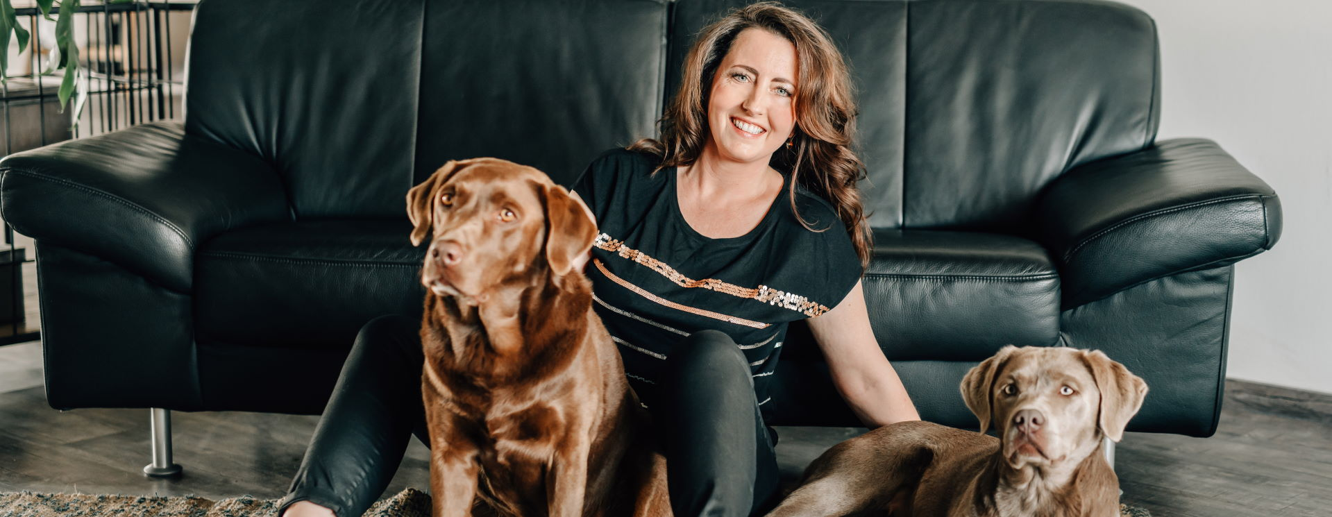 Tiergestütztes Führungskräfte Coaching | Melanie Ebert mit zwei Labradoren