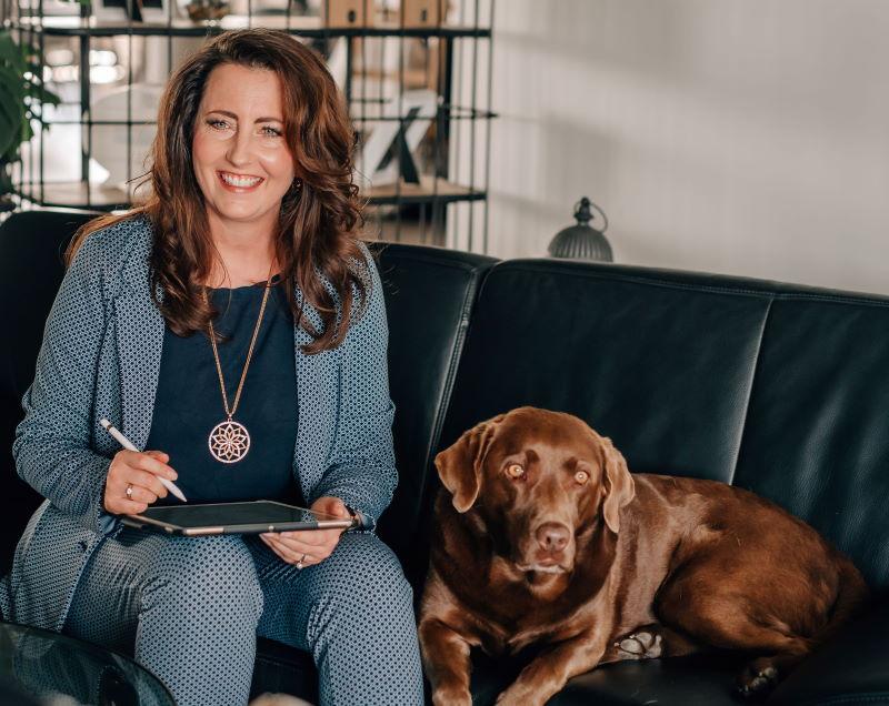 Leadership ohne Leine - tiergestütztes Führungskräfte Coaching - Autorin Melanie Ebert mit Hund